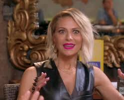 the blonde short hair woman on beverly hills housewives kemsley s pink lip color at lunch with kyle