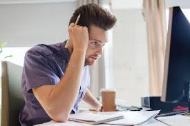 sexe au bureau employé de bureau de sexe masculin créatif avec la pensée de café