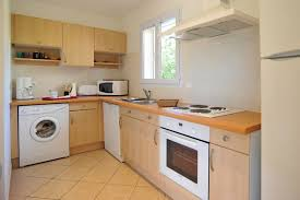 machine a laver dans la cuisine cuisine équipée géniale la machine à laver qui ne se voit plus