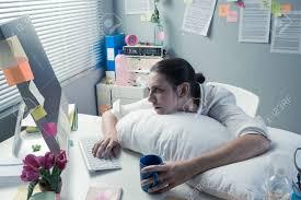 femme de bureau surmené femme de bureau avec oreiller travaillant à l ordinateur