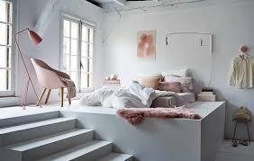 chambre blanche dans un style minimaliste avec des accessoires