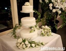 wedding cake flower wedding cake flowers decorating a wedding cake with fresh flowers