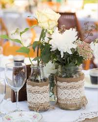 tischdekoration hochzeit blumen tischdeko hochzeit ideen blumen vasen marmelagengläser juteband