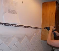 finishing tile with metal edging dans le lakehouse