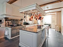 cuisine suspendue les casseroles suspendues donnez du style à votre cuisine
