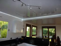 eclairage plafond cuisine led plafond de cuisine avec toile tendue blanche brillante et