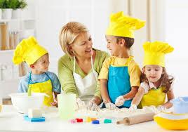 cuisine avec enfant transmettre sa de la cuisine à ses enfants famille magazine