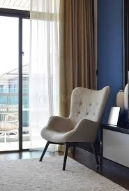 schlafzimmer stuhl bequemer stuhl auf teppich im modernen schlafzimmer stockbild