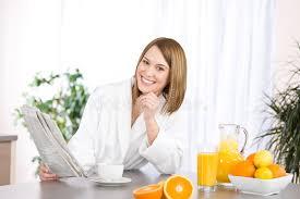 Le Journal De La Femme Cuisine Cuisine Femme Déjeuner Journal Du Relevé De Femme Dans La Cuisine Image Stock