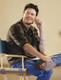 blake shelton sitting canvas chair photo on blastro