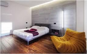 fauteuil chambre adulte fauteuil chambre adulte deco grand lit jaune eclairage indirect