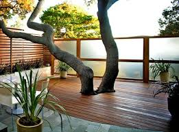 holzdielen balkon holzfliesen verlegen holzboden auf dem balkon ideas for the