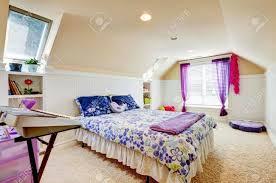 moquette chambre à coucher chambre à coucher fille avec plafond voûté grenier et moquette beige