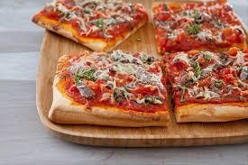 cuisiner une pizza recette de pizza très tomatée aux anchois et thym frais facile et