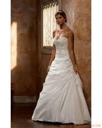 robe de mari e l gante robe de mariée élégante en satin ornée de plis et de broderies