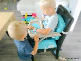 rehausseur de chaise thermobaby bien installé à table avec le réhausseur thermobaby bergamote family