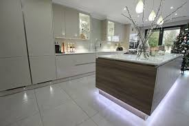 ilot central dans cuisine cuisine gris et bois en 50 modèles variés pour tous les goûts