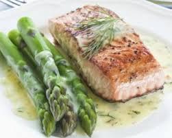 cuisiner pavé saumon pavé de saumon léger et asperges vertes à la crème citronnée à l aneth