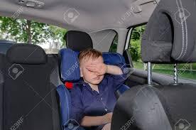 petit siege auto portrait de petit garçon dort dans un siège enfant voiture