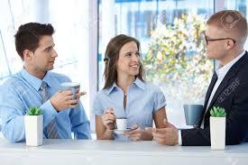 image pause café bureau collègues sur pause café au bureau des affaires parler et souriant