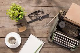 vieux bureau en bois machine à écrire de vintage sur le vieux bureau en bois image stock