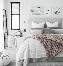 chambre cocooning déco intérieur en blanc et gris avec de peites touches de