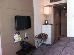 disposition de chambre la chambre avec écran plat mini bar café et thé à disposition