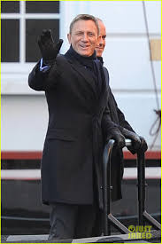 daniel craig waves to his fans while continuing to film u0027spectre