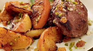 cuisiner joue de porc des joues de porc servies avec des pommes aux mendiants