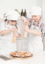 petit chef dans la cuisine préparant la nourriture photo stock
