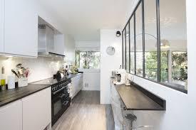 idee cuisine cuisine en longueur avec verrière et bar intégré dans cuisine