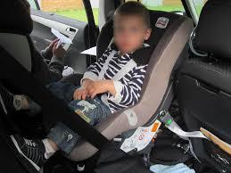 quel siege auto pour bebe de 6 mois le dos à la route le rear facing la sécurité auto vaut aussi