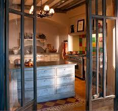 cuisine en chene repeinte cuisine de style provençal classique en bois rustique cosi