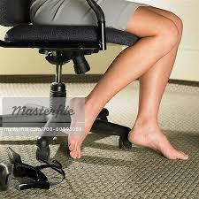 sous les jupes au bureau femme aux pieds nus assis dans la chaise de bureau photographie de