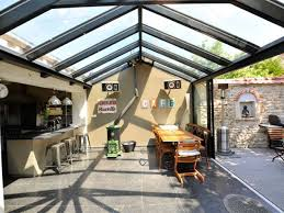 cuisine sous veranda véranda de style accolée à un corps de ferme rustique