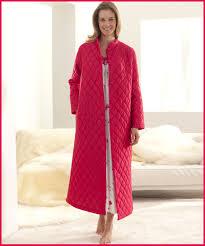 robe de chambre zipp femme looking femme en robe de chambre beau satin style 192232 id es matelass e jpg