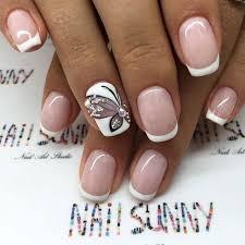 imagenes de uñas pintadas pequeñas manicura francesa con anular blanco delineando una mariposa