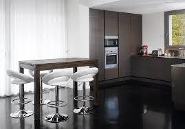 table de cuisine avec chaise table en bois de cuisine avec chaises de bar blanches photo 6 10
