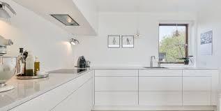 weisse küche schlichte weiße küche in einem minimalistischen zuhause