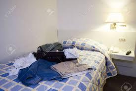 hotel avec dans la chambre dans le sud chambre d hôtel avec valise ouverte guayaquil ecuador amérique du