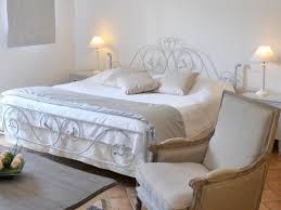 chambre fer forgé chambre dans les tons blancs avec lit 2 places en fer forgé deux