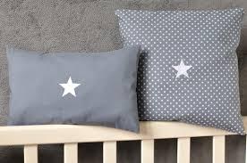 coussin chambre bébé lot de deux coussins étoiles pour chambre bébé enfant coussin bébé