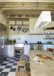 wohnideen terrakottafliesen rustikale küche geschirr hängend küchenrückwand mediterran hocker