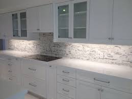 what color backsplash with white quartz countertops arctic snow quartz countertops calacatta marble mosaic
