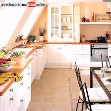 küche in dachschräge küche mit dachschräge fenster sonnenlicht fließen