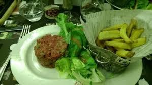 cuisine aurillac tartare de boeuf préparé en cuisine frites maison et salade photo