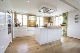 deckenlüfter küche küche weiß hochglanz eichenboden elemente aus altholz