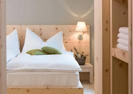 chambre blanche et grise design interieur chambre blanche grise lit armoire bois clair