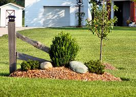 Simple Front Yard Landscaping Ideas Best 25 Fence Landscaping Ideas On Pinterest Privacy Fence