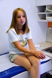 le bureau fille fille d attente dans le bureau du médecin banque d images et